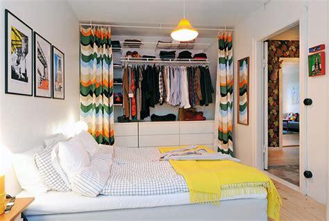 faire un dressing dans une chambre astuce déco poser de jolis rideaux pour cacher une