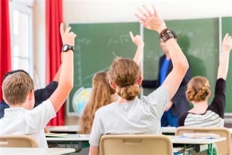 Teju visas pedagogu grupas Latvijā saņem uz pusi zemāku ...