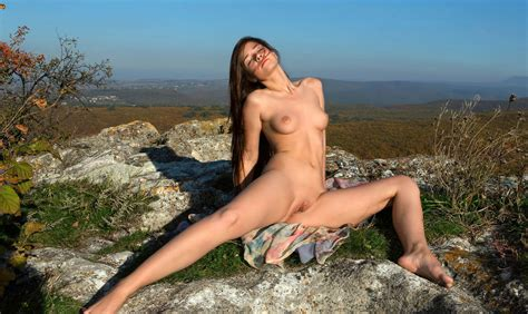 Girl With Big Pussy Posing Naked Outdoors On The Rocks