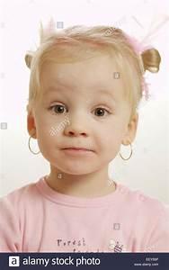 Mädchen Spielzeug 3 Jahre : kind maedchen blond grimasse portrait 2 3 jahre ~ A.2002-acura-tl-radio.info Haus und Dekorationen