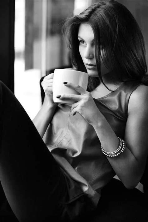 Drinking black coffee opens the door to a whole new world of experiences. Pin op Black & White --Zwart wit Fotografie