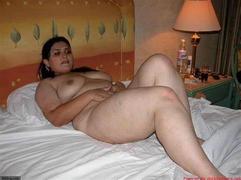 Arab Mallu Mommy Showing Gigantic Gaand