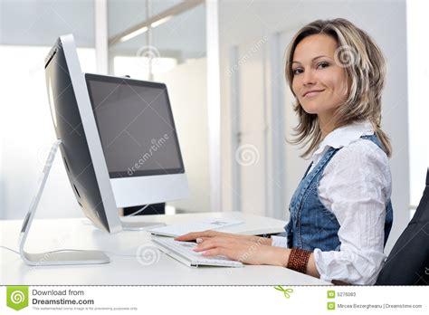 femme au bureau femme travaillant au bureau photos stock image