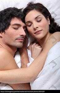 Im Bett Kuscheln : paare im bett kuscheln zusammen lizenzfreies bild 5816287 bildagentur panthermedia ~ Watch28wear.com Haus und Dekorationen