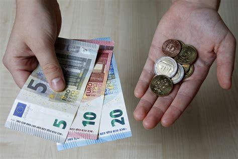 Gandrīz puse Latvijas iedzīvotāju meklē papildu ienākumu ...