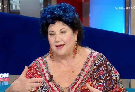 Ecco invece il suo volto, quello che non vedrete in tv, di una donna. Il matrimonio di Marisa Laurito durato tre mesi ma Arbore ...