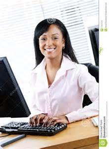 femme au bureau femme d 39 affaires heureuse au bureau photo libre de