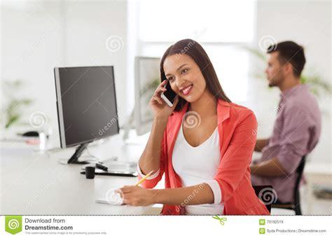 femme au bureau femme d 39 affaires invitant le smartphone au bureau photo