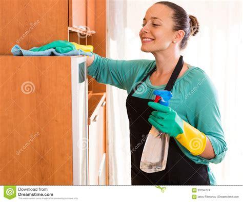 femme au bureau nettoyage de femme au bureau photo stock image du