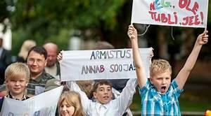 Fotod  Narva Eesti G U00fcmnaasiumis Piketeerisid  U00f5pilased Esimesel Koolip U00e4eval Eestikeelse  U00f5ppe