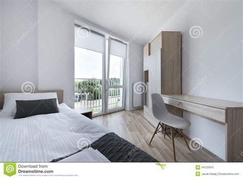 lesbienne dans la chambre chambre scandinave jaune