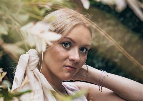 Dziedātāja Iluta Alsberga ar savu jaunāko singlu