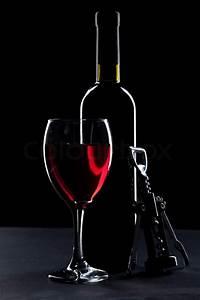 Weinglas Auf Flasche : weinglas und flasche auf schwarzem hintergrund stockfoto colourbox ~ Watch28wear.com Haus und Dekorationen