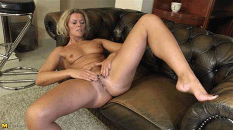 Reality Natural Old Bbw Girlfriends On The Bed Receives Cunnilingus