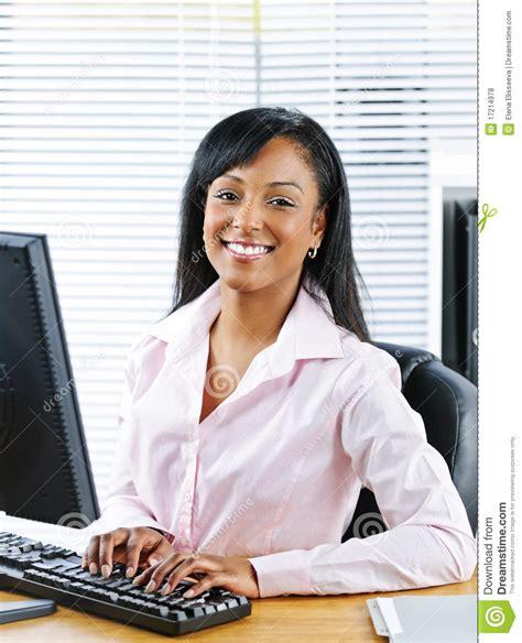 femme au bureau femme d 39 affaires heureuse au bureau photo stock image 17214978