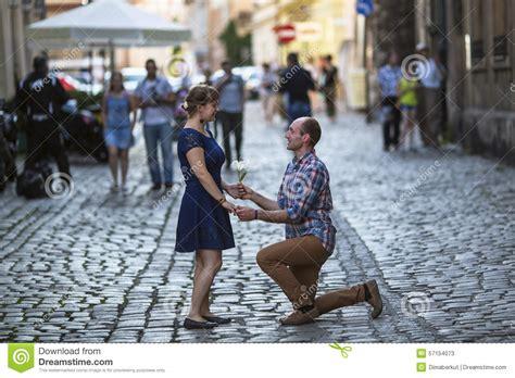 faire l amour sur une chaise couples dans l 39 amour sur la rue l 39 homme sur ses genoux