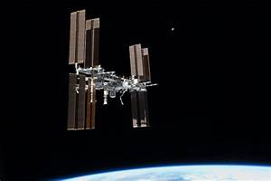 File:STS-135 final flyaround of ISS 1.jpg - Wikimedia Commons