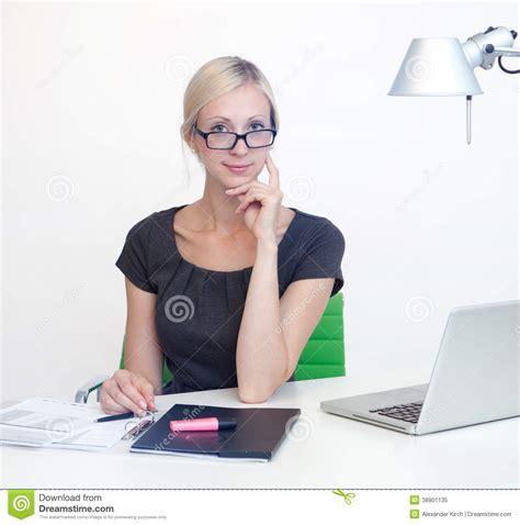 femme au bureau femme d 39 affaires au bureau de travail photo stock image 38901135