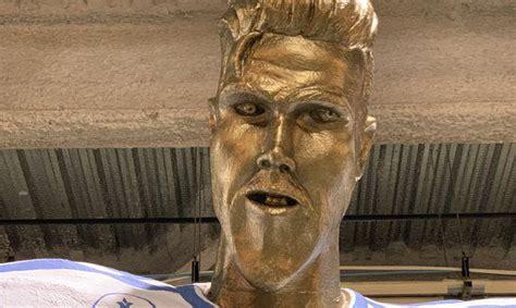 Slavenais futbolists Deivids Bekhems izjokots statujas atklāšanas brīdī - Spoki