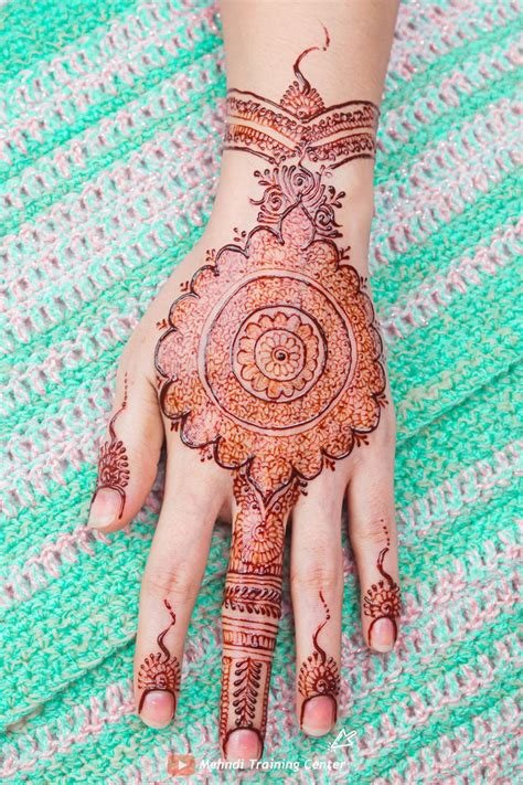 Here is the captivating delicate bands of flowers with minimalistic henna patterns around the motif give a stunning vibe on. Kashee's Signature Mehndi Style in 2020 | Mehndi video, Hand henna, Mehndi style