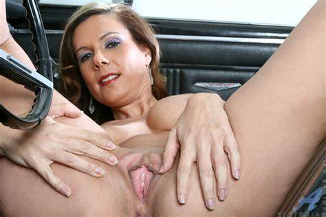 Com Voluptuous Anilos Whore Slips Off
