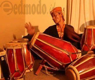 Salah satu kisah sejarah yang banyak berkembang di masyarakat mengenai sasando berkaitan dengan pria bernama sangguana. Cara Memainkan Alat Musik Tamborin - Pengertian, Contoh dan Gambar