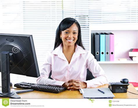 dim up au bureau smiling black businesswoman at desk stock image image