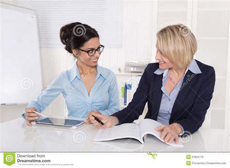 femme au bureau deux femmes d 39 affaires travaillant ensemble au bureau au