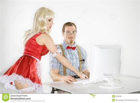 femme au bureau homme et femme au bureau d 39 ordinateur image stock image
