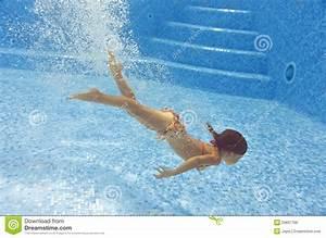 Rustine Piscine Sous L Eau : la belle fille plonge et nage sous l 39 eau dans la piscine photo stock image du bleu fille ~ Farleysfitness.com Idées de Décoration