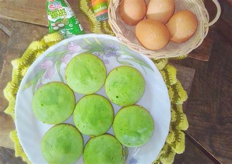 Kocok telur dan gula pasir dengan menggunakan mixer berkecepatan tinggi sampai 5. Resep: Bolu Mini Pandan Panggang EMPUK LEMBUT Cetakan Kue ...