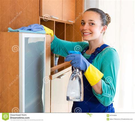 femme au bureau nettoyage de femme au bureau image stock image du