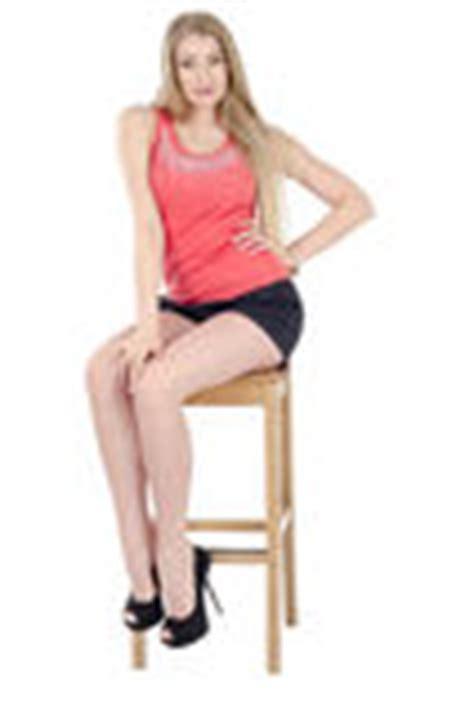 faire l amour sur une chaise fille gaie aux cheveux longs dans une jupe courte se