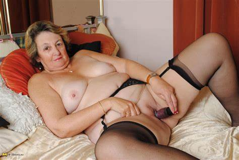 English Housewife Playing With Her Analed