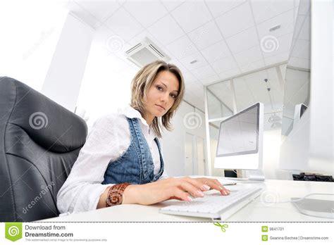 femme au bureau femme au bureau image stock image 9841701