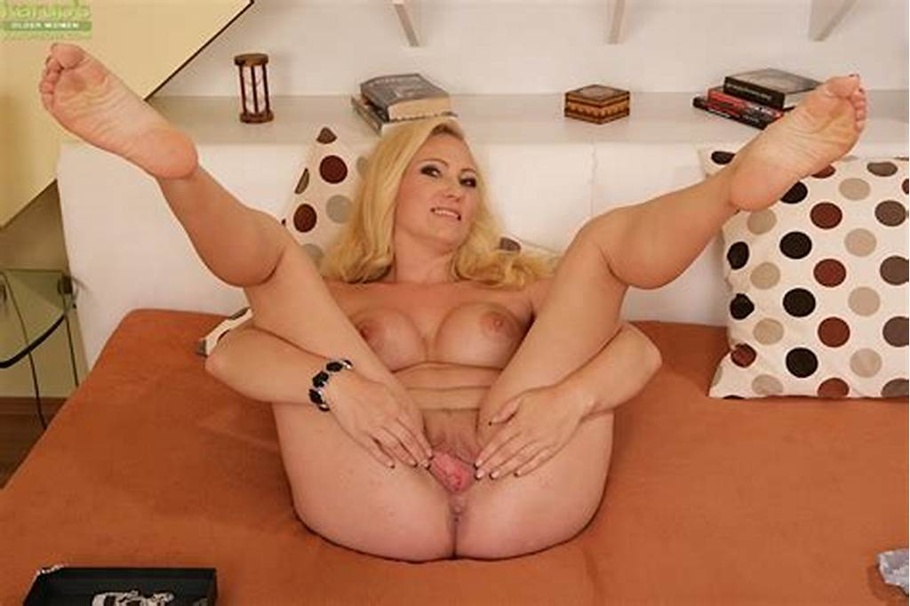 #Barefoot #Blonde #Mom #Caroline #Showing #Off #Shaved #Milf #Pussy