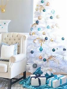 sapin blanc et bleu pour une deco de noel en esprit d39hiver With salle de bain design avec sapin blanc artificiel décoré