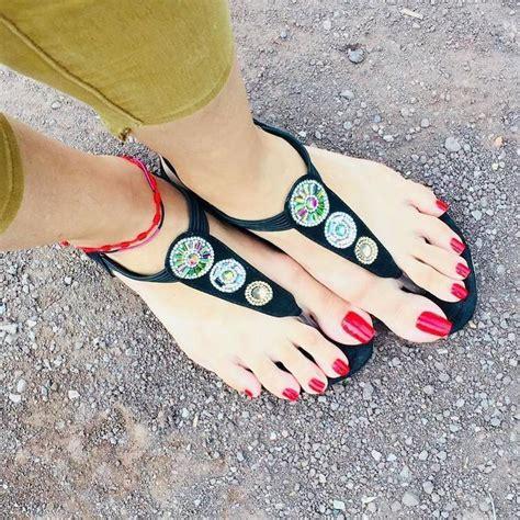 Перевод pies largas на русский. Las uñas extra largas en los pies... una tendencia de este verano